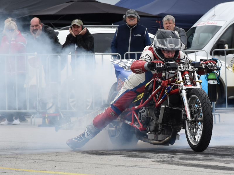 23-24 june 2018 Hoskovice Czech Republic 3th European Super twin Top Gas Drag Race over the 1/4 Mile (402 m) Saterday 2 Qualie runs between the rain showers, the fine concrete track drying ferry fast fast Herman Jolink Qualified on 4th place with 9.054 sec with 239 kmh from the 8 competitors in the Top Gas. Sunday morning at the 3th Qualie run Jolink blow out his cylinder head gasket Jolink get help from two Czech to put in the spare Ducati engine in the frame the 999 RS (1214) But the time whas running out Before the first Elemination round The Jolink Team need the help from some more people But don t get it Some years a go at Drachten NL we did in one and a half hour our spare Ducati engine in the frame with help from 6 people