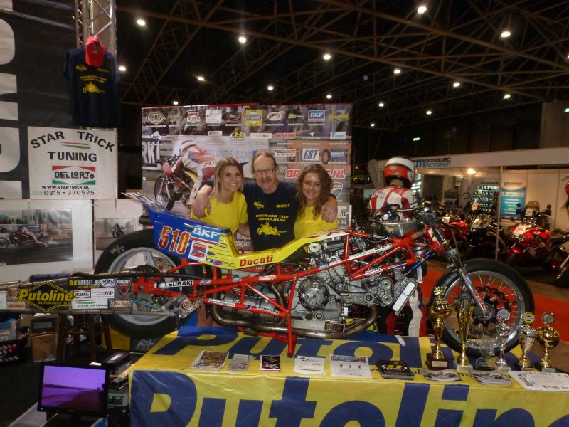22-25 february Motorbeurs Utrecht Netherlands the Dragracing Team Herman Jolink Exposure for the 26th time at the Motorbeurs now on the stand from Oliehandel.nl Herman Jolink in the midlle from the Promotien Ladys from Oliehandel.nl there where 90.000 Visitors