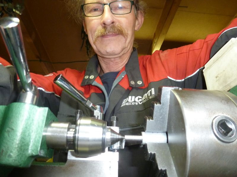 8 sep 2018 Hogeweide Herman Jolink at the Lay machine making a tool to fit a seal in the Ducati 350 GTV Parallel Twin