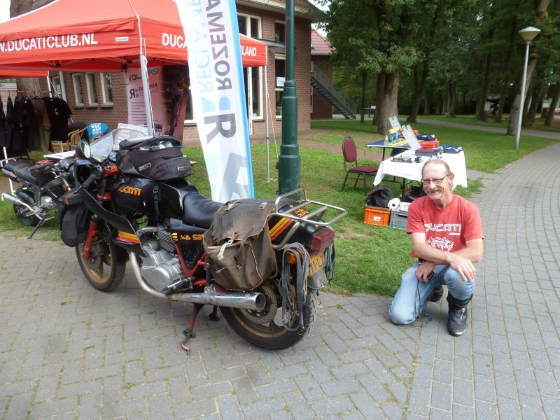 9 sep 2018 Ducati Scrambler Day Ducati Club Netherlands Heino Netherlands right Herman Jolink left the Beloved Old Lady (Ducati bevel Mille S2) no don 240.000 km, bakcground some Ducati Bevel Parst and Putoline oil products all this stuff transported on the Old Lady